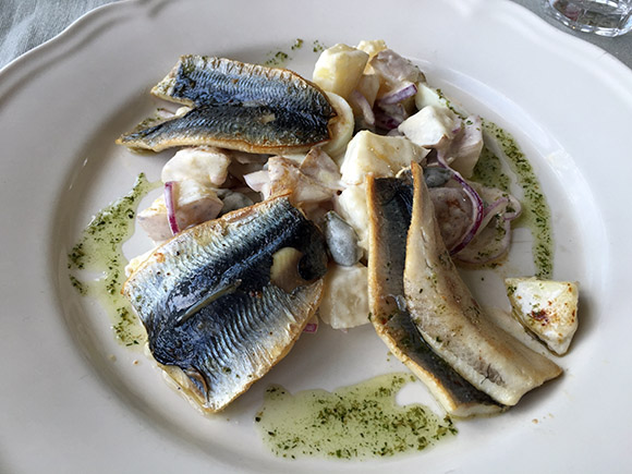 Haapsalu Kuursaal restoran kohvik toidud kartulisalat praetud räimedega
