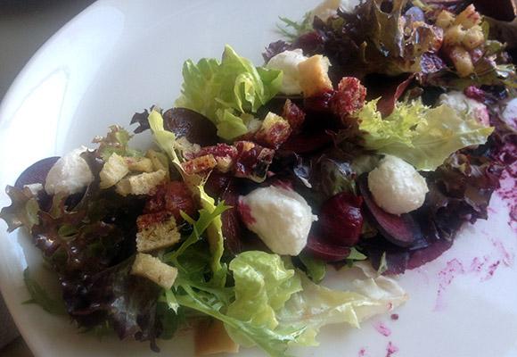 Hea kohvik restoran Viljandis Fellin kitsejuustu salat
