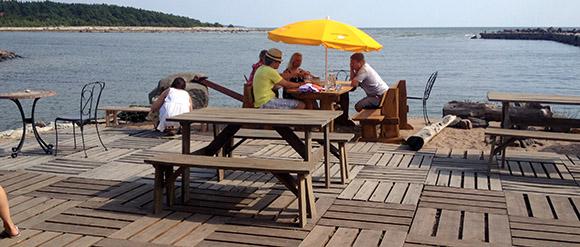 Kalana restoran Hiiumaal, terrass väljas söömine