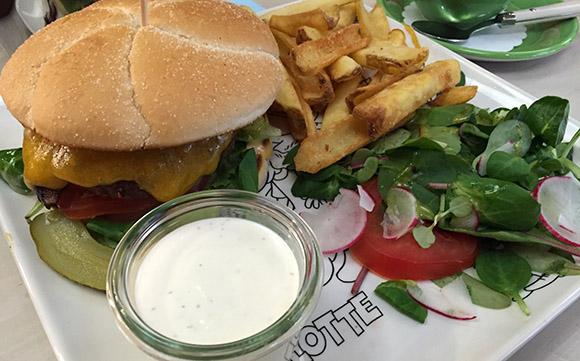 Lotte kohvik Mustamäe Keskuses hamburger