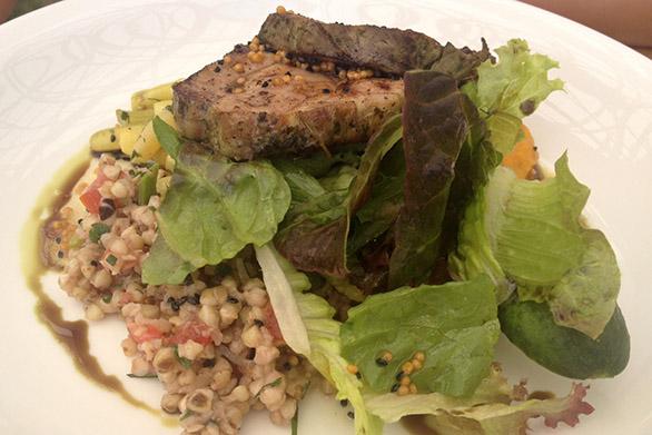 Põhjaka mõis restoran röstitud seakael toortatrasalati ja türgiubadega